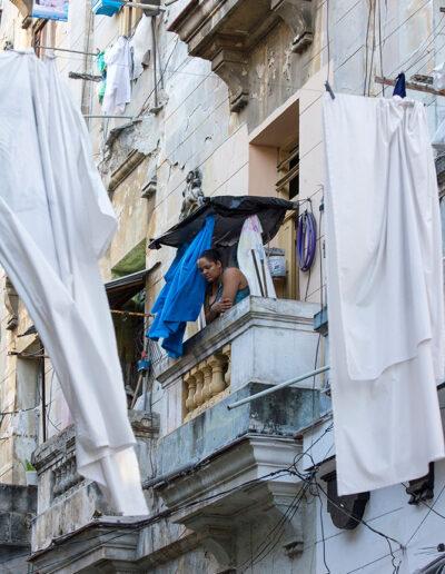 Asomada al balcón. Cuba